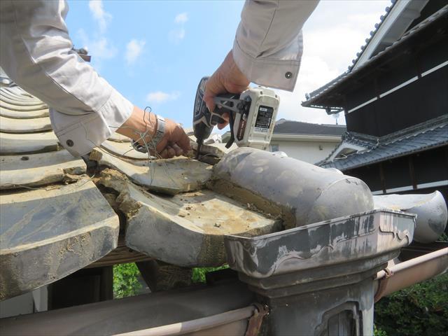 棟瓦を固定するために、棟内部に針金を仕込んだ釘又はビスを打ち込み、ナンバンや土と冠瓦で覆工される場合は脳天打ちにはならない