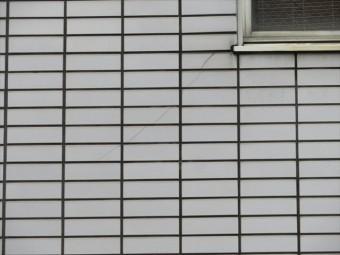 大阪北部地震の影響で阪急石橋駅前ビルの外壁タイルが60枚割れた