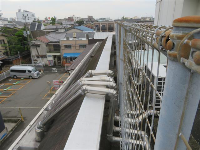 時々刻々と変化する気象条件で変化する吹き付け方向から屋上を守るため、四方にパラペットがある