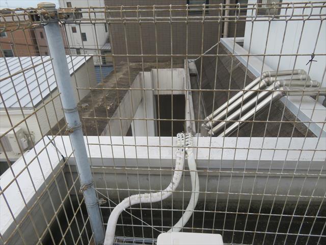陸屋根や屋上には落下防止フェンスが設けられますが、その位置によっては屋上に多くのデッドスペースが生まれます