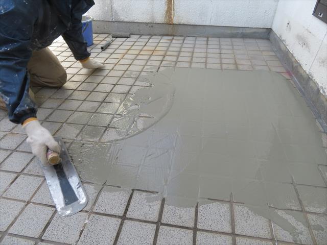 防水工事前に、打ちっぱなしでコンクリートが長年露出してきた屋上の床やパラペットは、カチオン性モルタルで表面を整えます。
