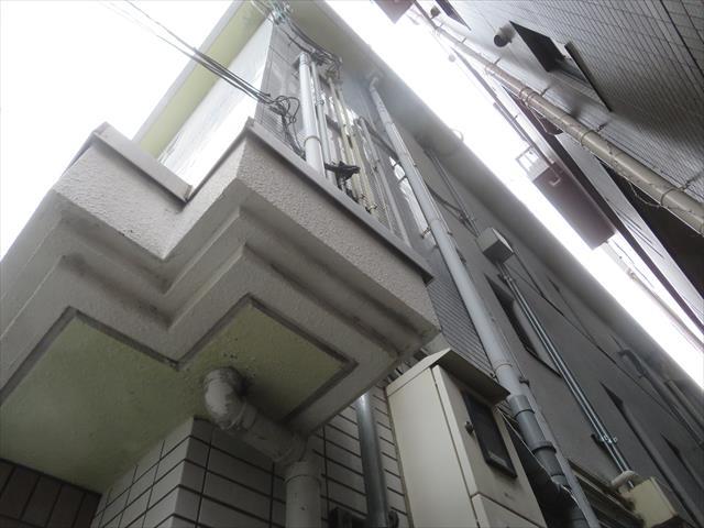 地震で外壁タイルが割れたビルのタイル仕上げ面を確認する