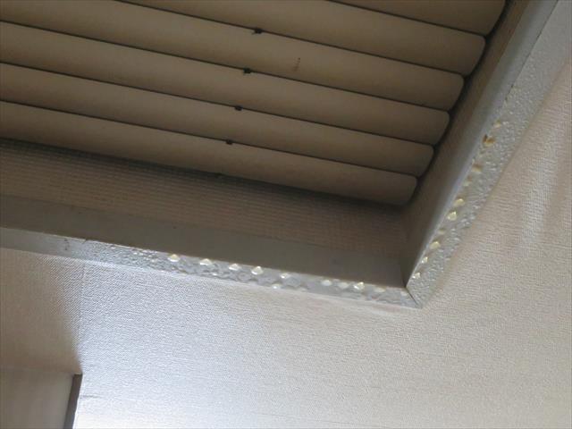 陸屋根形状の屋上真下の居室にある天窓の縁には、雨漏りした水滴が滴っていた