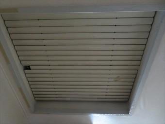 屋上真下の居室の天窓の縁が雨漏りで濡れていた
