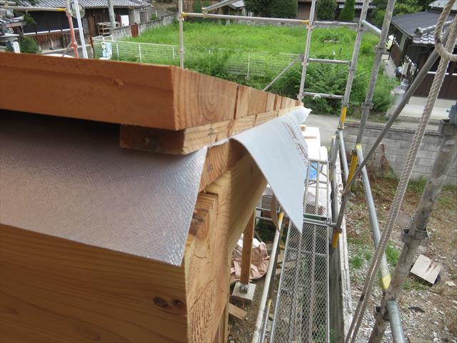 遮熱ルーフィングは太陽光を遮光するので、屋根材から伝わる輻射熱を家の内部に伝えない