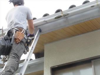 軒先の鼻隠し板の塗膜がここまで劣化すると雨水を弾くことが出来ず垂れた雨染みが出来てしまっている