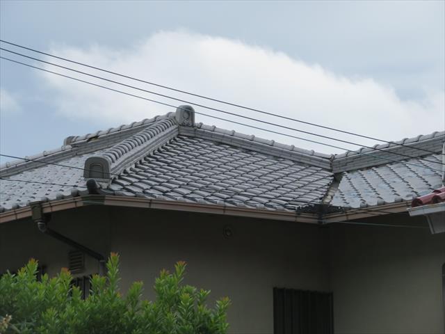 いぶし瓦の寄棟屋根は棟の熨斗瓦が5段積みされ純日本建築に威厳を加えている