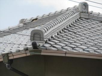 隅棟が蛇行しているのは、地震で揺られた結果で、平瓦の追い当て瓦と葺き土、熨斗瓦などの接着性が損なわれ縁が切れてしまっている