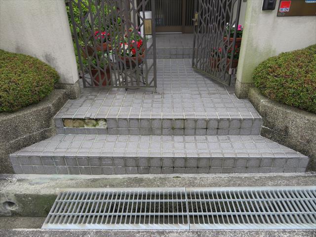 玄関アプローチ土間がコンクリートが打たれている場合と、パサ仕上げの場合があり、パサ仕上げの場合は基礎土壌が土で水分の侵入に弱い