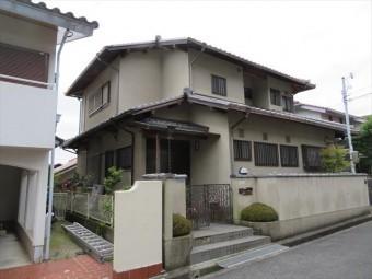 宝塚市の閑静な住宅街で屋根修理工事をしていたところ、お隣様から屋根点検のご要望を承りました。純日本家屋の立派なお宅です。