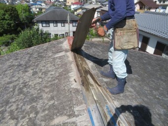 過酷な環境の屋根の上では太陽光の輻射熱を長年受けた棟内部の貫板は劣化を進め、台風をきっかけに飛ばされてしまう