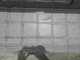 タイル目地の微細な隙間から、浸透圧の差異に加えて、毛細管現象が作用して、隙間がある限り水分は侵入、浸潤して行きます。