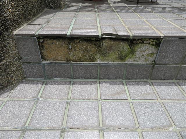 地震動に起因する地盤や建物が揺れたときに、硬い物質であるタイルは従動性に乏しいので、悪影響を受けることがあります。