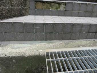 タイル目地の亀裂から雨水が入り続け、乾燥と湿潤を繰り返して剥がれて行くことから、雨漏りがタイル剥がれの原因だと言える