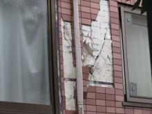 地震の振動でマンションのタイルも剥落した