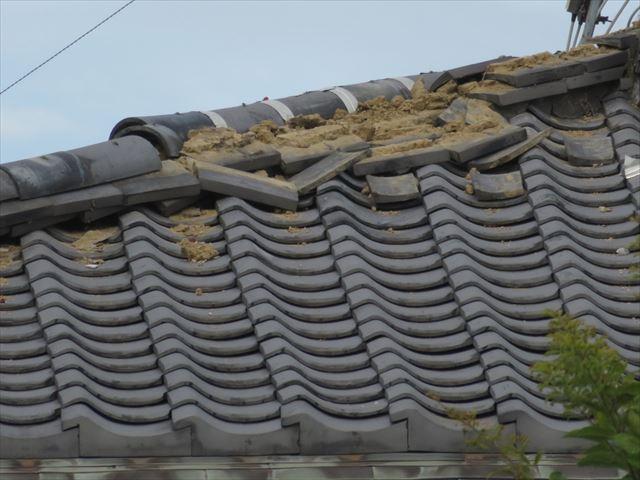 直下型で縦揺れの地震でも瓦屋根の多くに被害が見られた