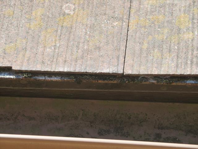 雨が止むとほとんどの水分は流れて行きますが、張り継ぎ目の水分は最後まで残ります。