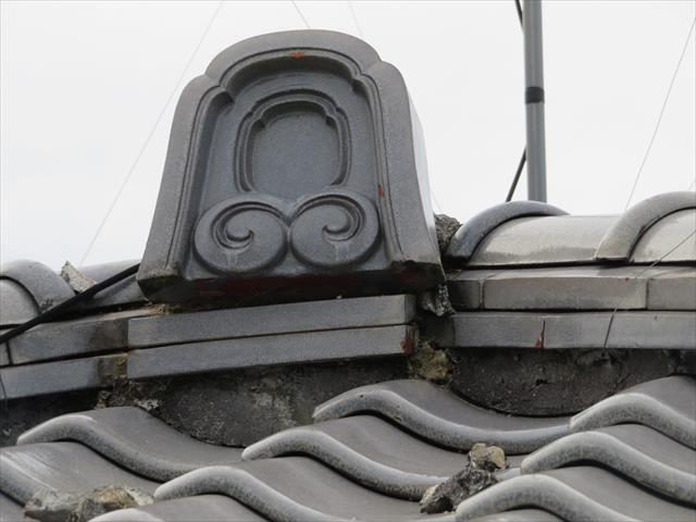大棟の両端部と、降り棟の先端部に配置されて装飾される鬼瓦は、屋根の上から睨みを利かせて魔物の侵入を許さない先人たちの気持ちが垣間見ることが出来ます。