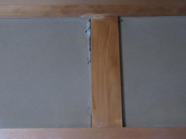 大阪北部地震で室内各所にひび割れが起き、柱と壁面に生じた隙間と、被害状態から家屋の強度が保たれているかどうかが心配になります。