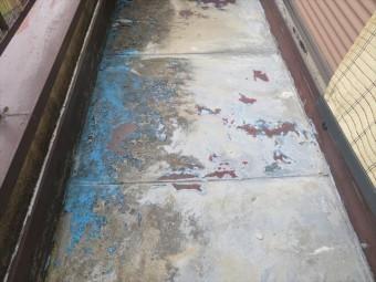 バルコニー土間の写真を見ると一目瞭然です。防水目的で塗っていた塗料が剥がれ落ちて詰まらせていました。 モルタル打ちされたバルコニー土間は、コンクリートむき出しでは、早晩雨漏りが始まりますので、防水工事をしなければなりません。