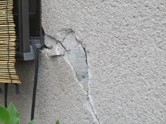 大阪北部地震の被害としてモルタル外壁が剥がれ落ちたり、ひび割れ(クラック)が入り、モルタルが浮き上がってしまったお宅の修理方法を考えます