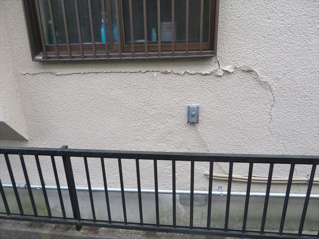 大阪北部地震は屋根瓦だけでなく外壁にも亀裂を生んだ