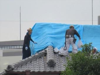 大阪北部地震直後は高槻市、茨木市の至る所で屋根職人がブルーシートを架ける作業が見えました