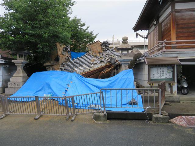 震度6を超える直下型地震はお寺の山門さえ転覆させた