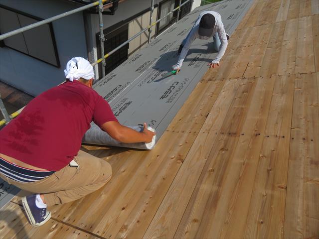 「屋根材、防水シート、野地板、垂木、(断熱材)・・・」という順で構成されています。