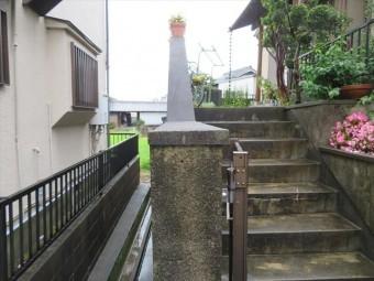 傾斜地に築造され、盛土が多いお宅では、地震後に外溝擁壁が僅少ながら谷川に押し出された。