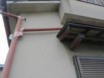 P型集水器とは2方向から隣接する位置に寄せられた竪樋によって収集された雨水を、1箇所の竪樋に集合させて以下に落とすための集水器です。