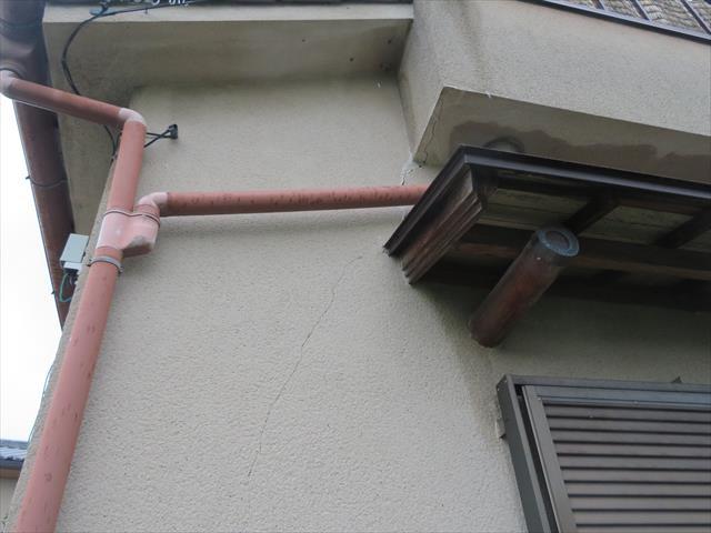 高槻市で震災風災の復旧工事をしているお宅で発見した雨どいの異変