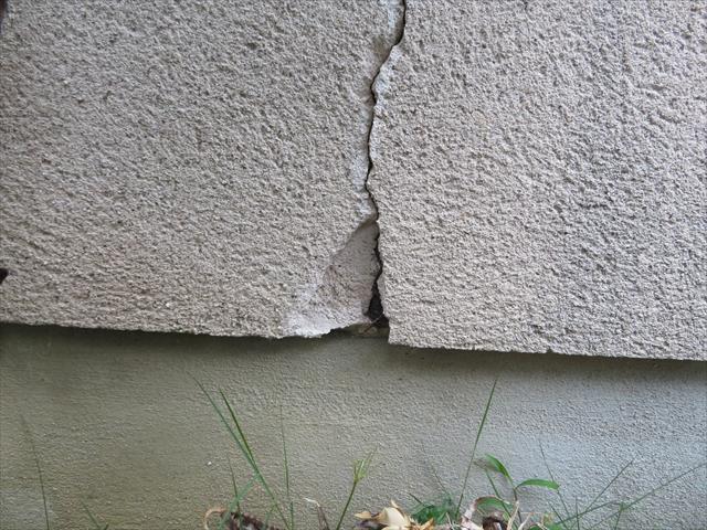モルタル外壁のクラックは異なる構成要素が接する場所で顕著に起きている