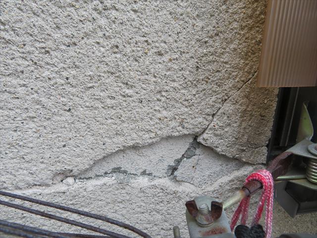 大阪北部地震で家の外壁にひび割れ(クラック)や欠損ができてしまった方が多く、放置していると雨漏りのきっかけになる場合が多く、侮ることは危険です