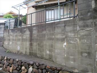 真っ平ではない土地は、土壌の流出を防ぐために、大小様々な擁壁を設けます。