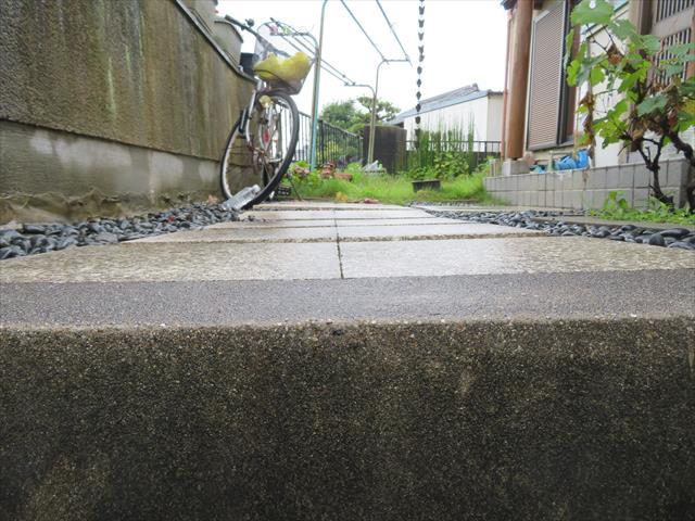 大阪北部地震直後に、盛土成形された宅地の玄関アプローチ土間を観察すると、地所が沈下したことがはっきり確認でき、玄関屋根が傾いた原因と理由が腑に落ちる。