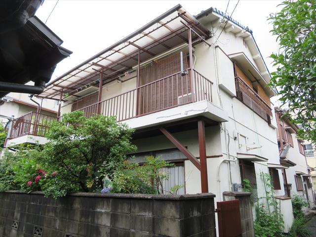 大阪北部地震でモルタル外壁に多くのクラックが入ったお宅は、主に東側の壁面と北側壁面の東側寄り部分、南側壁面の東側寄り部分に集中していた