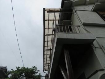 大阪北部地震で被災した瓦屋根にブルーシートを架けたいが、雨が近づいてきて作業が完了するか微妙な雲行きです