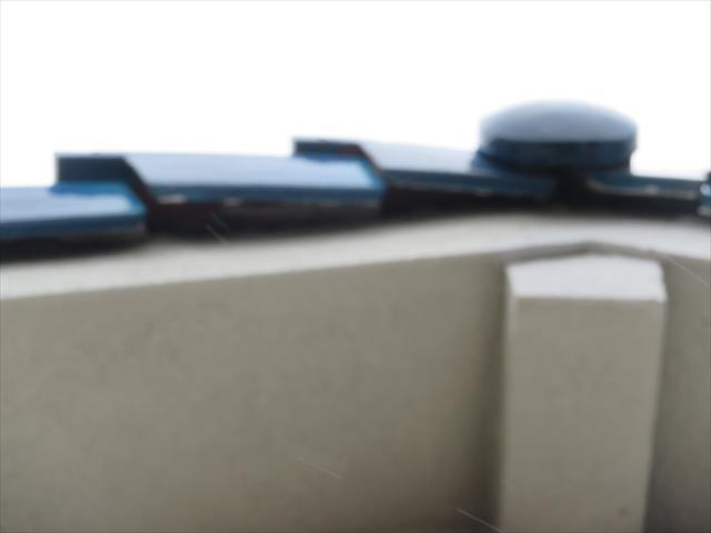 大阪北部地震の揺れは切妻屋根の大棟を崩しただけでなくケラバの袖瓦もずれてしまっている