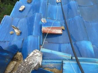 大棟の熨斗瓦が崩れ落ち、屋根の中腹の平瓦の上で辛うじて止まっていた