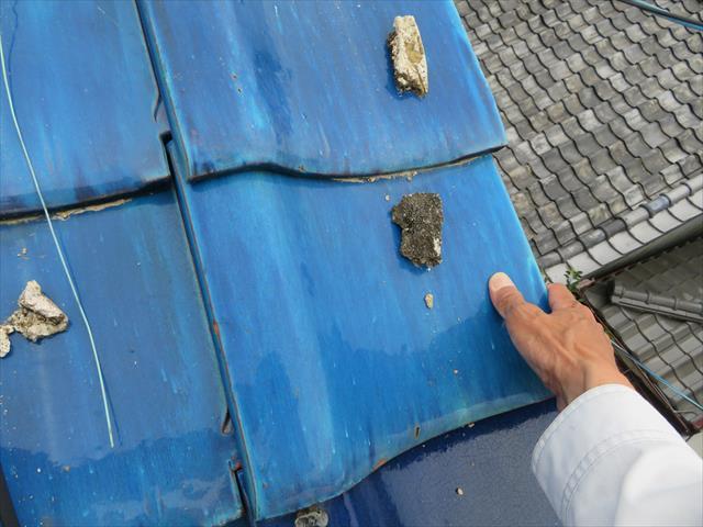 大阪北部地震で被災した瓦屋根を点検すると、大棟の崩壊だけでなく、ケラバの袖瓦まで屋根からはみ出し、手作業での修正では直らない状態でした