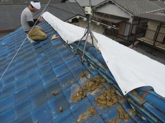 大阪北部地震で被災した茨木市の瓦屋根にブルーシート養生作業を再開します