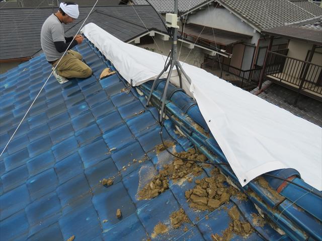 茨木市で震災被害に遭い大棟が崩壊状態の瓦屋根にブルーシート養生