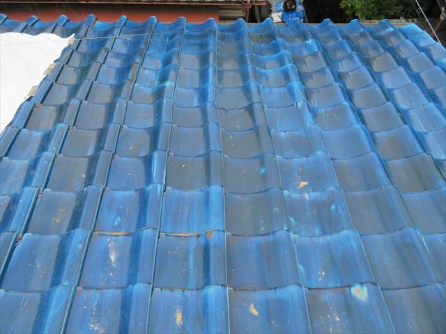 大阪北部地震で被災した屋根は大棟が崩れただけでなく平瓦も横方向に大きくずれて瓦の葺き直しが必要な状態だった
