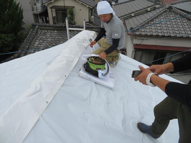 大阪北部地震で被災した屋根をブルーシートで雨養生した直後の状態