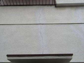 乾燥と湿潤による伸縮を繰り返した結果のものではなく、地震の揺れによって生じたひび割れ(クラック)です。