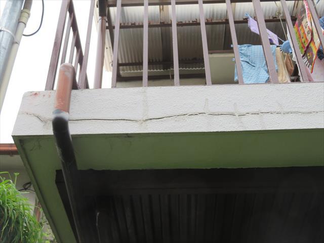 外壁に出来たひび割れ(クラック)からは雨水が入り込み、放置していると気づかない内部漏水と言う雨漏りが進行し、深刻なダメージを進行させます