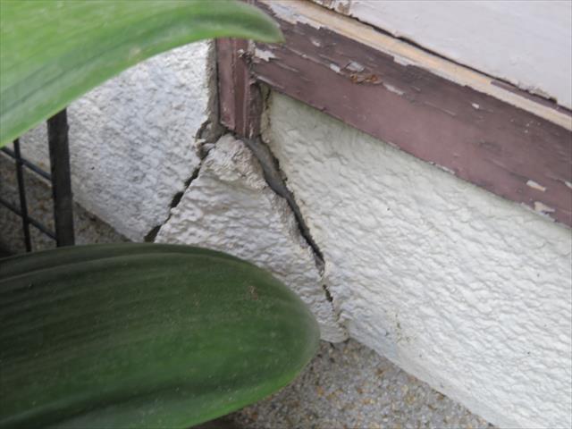 大阪北部地震で外壁に大きなひび割れが生じた状態から、モルタルが下地から剥離してしまっている事が判断できる
