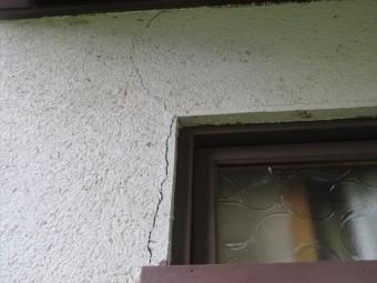 茨木市で屋根に震災被害を受けたお宅は外壁にもひび割れが生じた