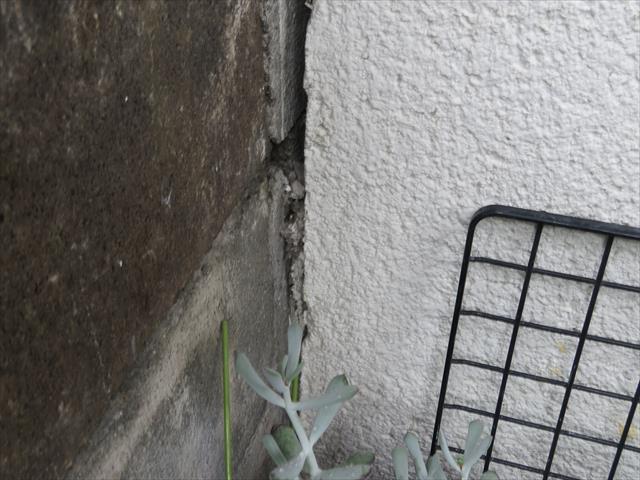 2018年6月18日に発生した大阪北部地震では、多くのお宅の外壁にクラックと剥離が生じました。